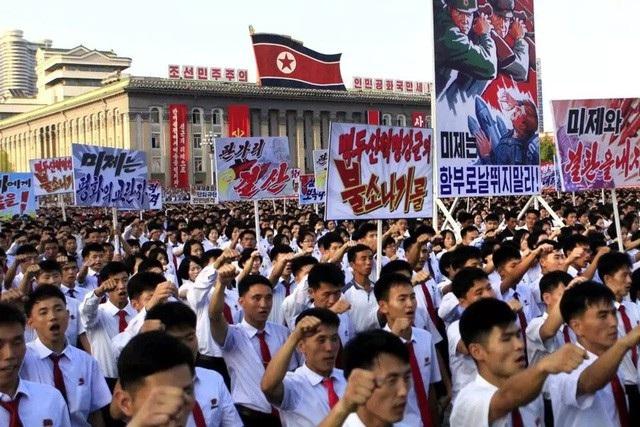 Người Triều Tiên mang áp phích trong cuộc biểu tình chống Mỹ ở thủ đô Bình Nhưỡng (Ảnh: Reuters)