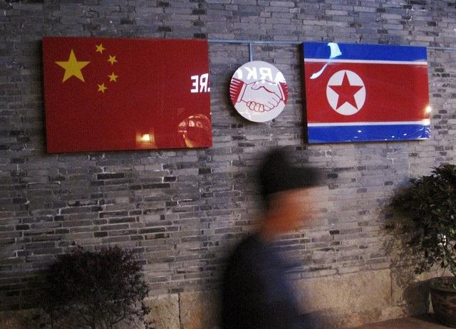 Cờ Triều Tiên và Trung Quốc được treo bên trong một nhà hàng Triều Tiên tại tỉnh Chiết Giang, Trung Quốc (Ảnh: Reuters)