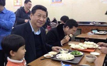 Chủ tịch Tập Cận Bình ghé thăm cửa hàng Qingfeng năm 2013 (Ảnh: BI)