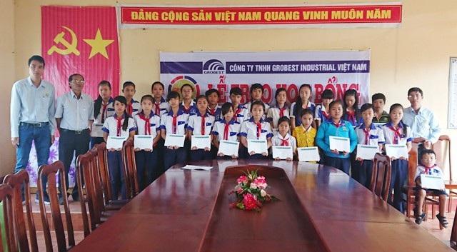 Học sinh trường THCS Gia Hòa 2 (huyện Mỹ Xuyên) nhận học bổng Grobest.