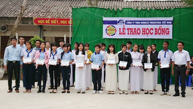 Đại diện Công ty Grobest Việt Nam trao học bổng đến học sinh trường THPT Văn Ngọc Chính (huyện Mỹ Xuyên).