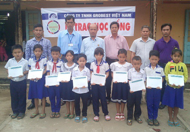 Trao học bổng Grobest cho học sinh trường Tiểu học Phú Hữu A (huyện Long Phú).
