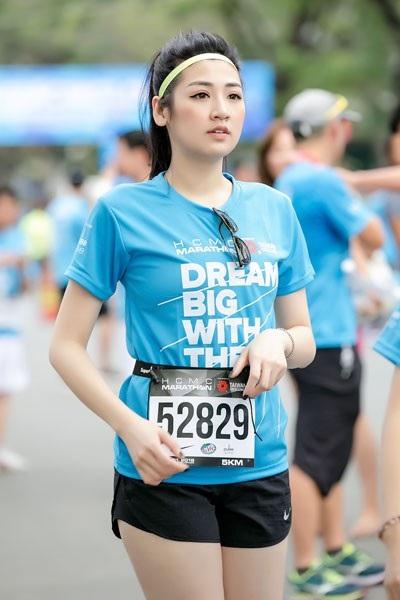 Á Hậu Tú Anh tươi trẻ thử sức ở marathon cự ly 5km chỉ với 36 phút - 2