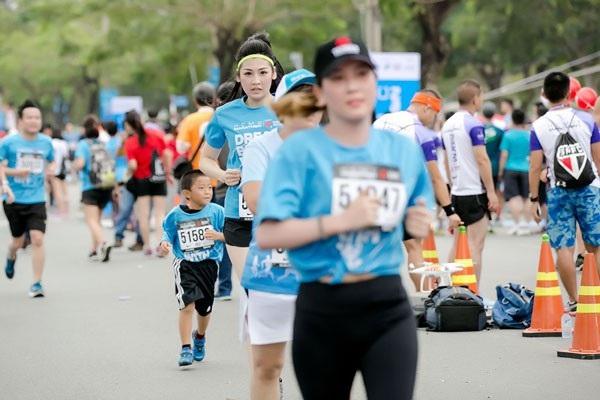 Á Hậu Tú Anh tươi trẻ thử sức ở marathon cự ly 5km chỉ với 36 phút - 6