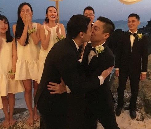 Đây được xem là đám cưới đồng tính đầu tiên trong showbiz Việt kể từ khi Luật Hôn nhân và Gia đình sửa đổi. Hai bên gia đình cũng rất cởi mở và đón tiếp nồng hậu các khách mời trong hôn lễ. Đám cưới của cặp đôi đã diễn ra bên một bãi biển ở Nha Trang.