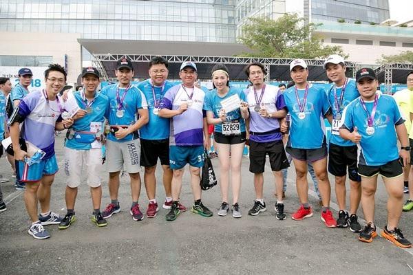 Á Hậu Tú Anh tươi trẻ thử sức ở marathon cự ly 5km chỉ với 36 phút - 9