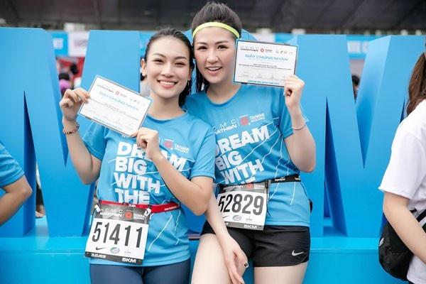Á Hậu Tú Anh tươi trẻ thử sức ở marathon cự ly 5km chỉ với 36 phút - 8