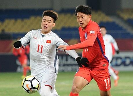 Duy Mạnh (trái) tranh bóng với Young Wook