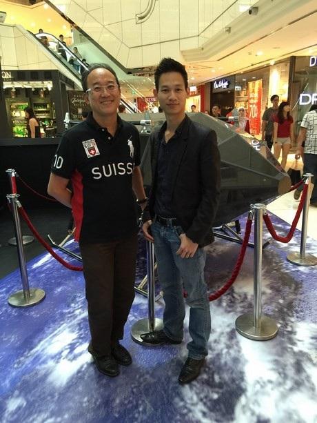 Thạc sĩ Phạm Gia Vinh (phải) bên cạnh chiếc phi thuyền không gian do anh sáng tạo.
