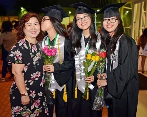Chị em sinh 3 người Việt đã tạo ra dấu ấn trên đất Mỹ khi trở thành 3 người tốt nghiệp Học viện Evolution với số điểm cao nhất năm 2017.