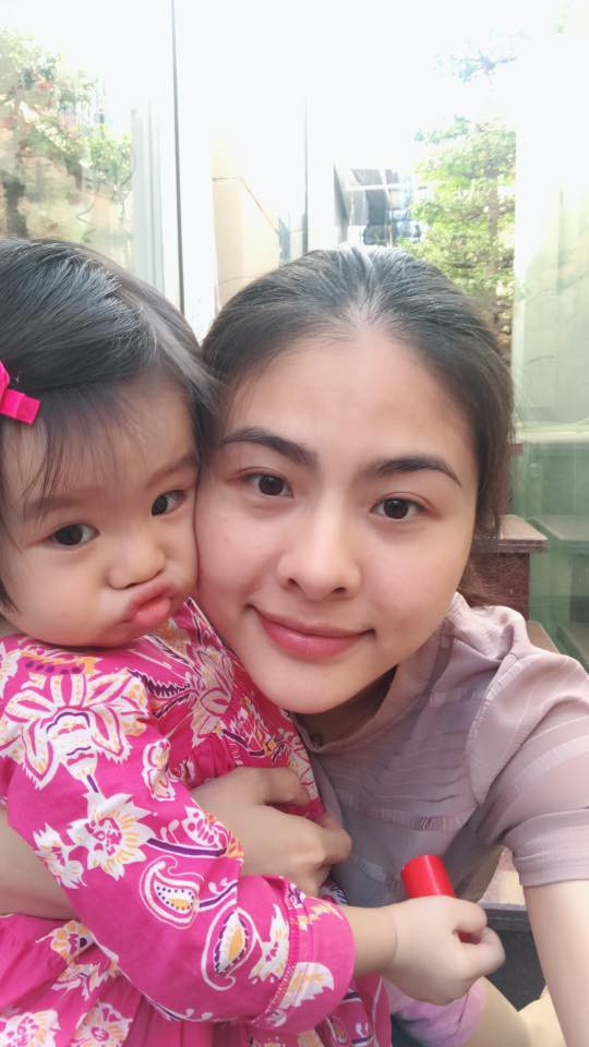 """Diễn viên Vân Trang hạnh phúc khi chia sẻ về năm cũ đã qua. Nữ diễn viên chia sẻ hình ảnh chụp cùng cô con gái, cô viết: """"Tổng kết của năm nay là nặn cục vàng 3kg7 thành cục vàng 11kg và kéo cái cục ấy từ 57cm thành 82cm""""."""