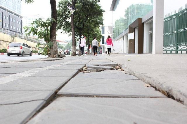 Vỉa hè một số tuyến phố Hà Nội xuống cấp chỉ sau thời gian ngắn sử dụng