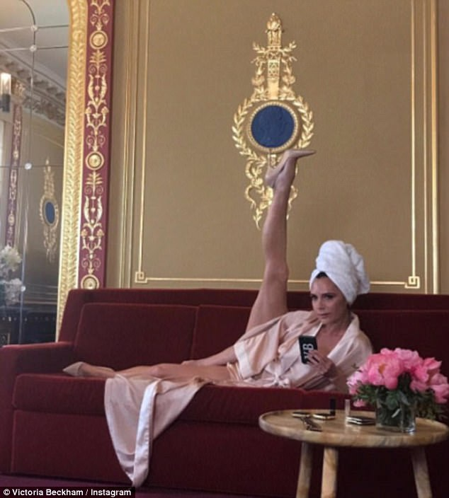 Năm ngoái, Victoria cũng gây sốt với bức ảnh tạo dáng ấn tượng này trong hậu trường một buổi chụp hình.