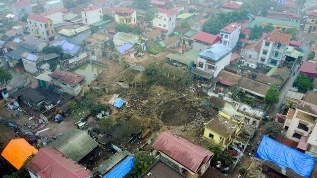 """Vào khoảng 4h30 sáng 3/1, một vụ nổ lớn đã xảy ra tại một cơ sở thu mua phế liệu ở làng Quan Độ, xã Văn Môn, huyện Yên Phong, tỉnh Bắc Ninh. Vụ nổ """"thổi bay"""" nhiều ngôi nhà, làm chết 2 cháu bé, vùi lấp nhiều nạn nhân. Sau vụ nổ, lực lượng chức năng tìm thấy hàng tấn đầu đạn vương vãi khắp thôn Quan Độ. (Ảnh: Toàn Vũ)"""