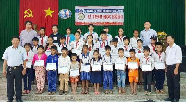 Học sinh các trường Tiểu học An Thạnh 2A, B, C và THCS An Thạnh 2 (huyện Cù Lao Dung) nhận học bổng của Công ty Grobest Việt Nam.
