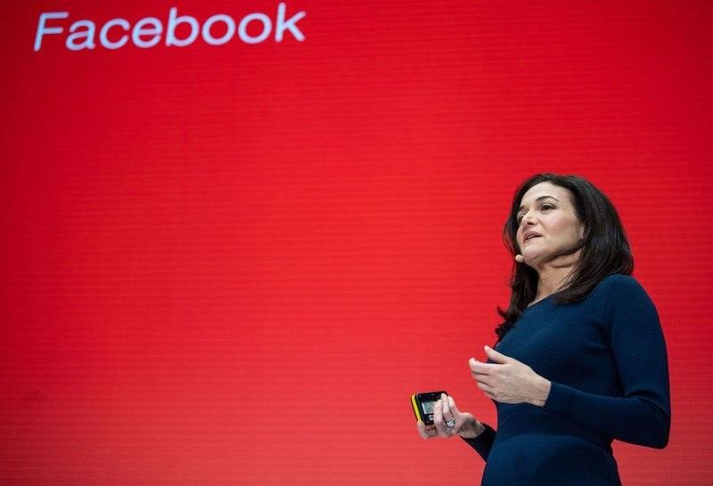 Facebook phải nhượng bộ để ngăn chặn tin giả bầu cử