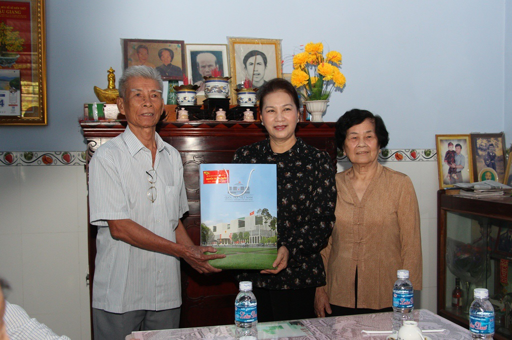 Chủ tịch Quốc hội thăm, tặng quà tết tại Hậu Giang