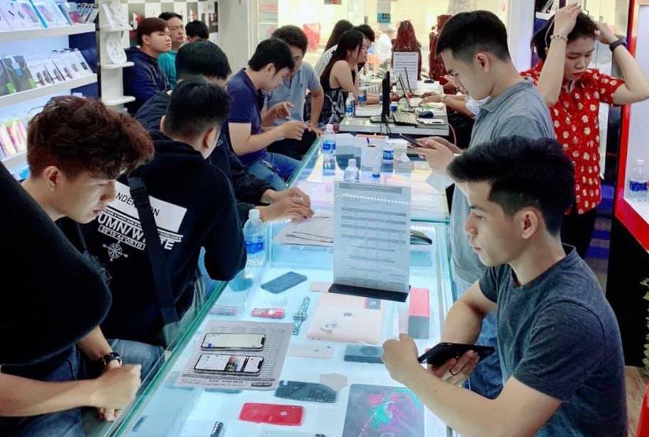 Sức mua smartphone cao cấp mùa Tết tăng chậm, khách hàng chuộng điện thoại cũ