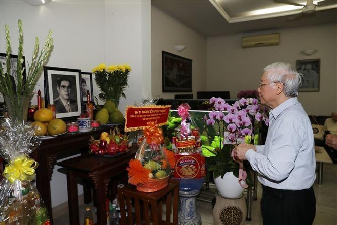 Tổng Bí thư, Chủ tịch nước thắp hương tưởng niệm nguyên Tổng Bí thư Nguyễn Văn Linh