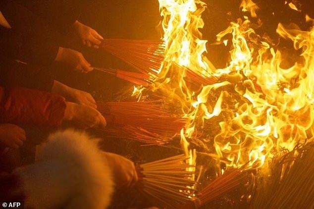 Đền Thần Tài đỏ rực lửa trong ngày hàng nghìn người tới cầu may
