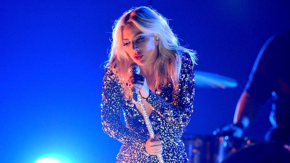 Lady Gaga lẻ loi trình diễn Shallow tại Grammy