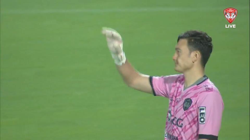 Thủ môn Văn Lâm mắc sai lầm sơ đẳng ở trận ra mắt Muangthong United