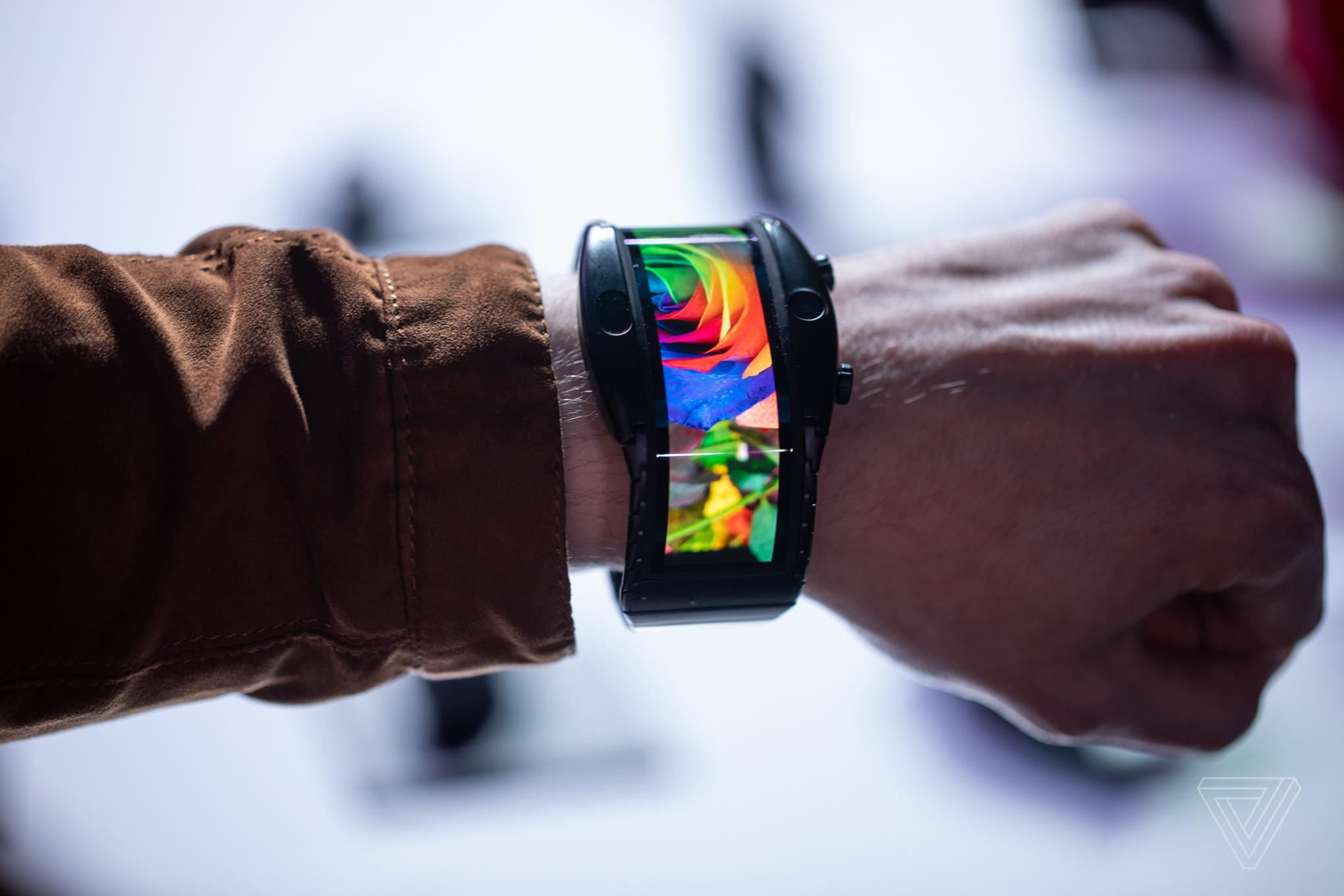Smartphone màn hình cong độc đáo có thể đeo lên tay như đồng hồ