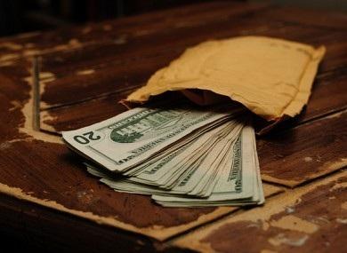 Nhân viên vệ sinh tìm thấy hơn 9 tỷ đồng tiền mặt trên xe buýt liền… đem nộp cho cảnh sát