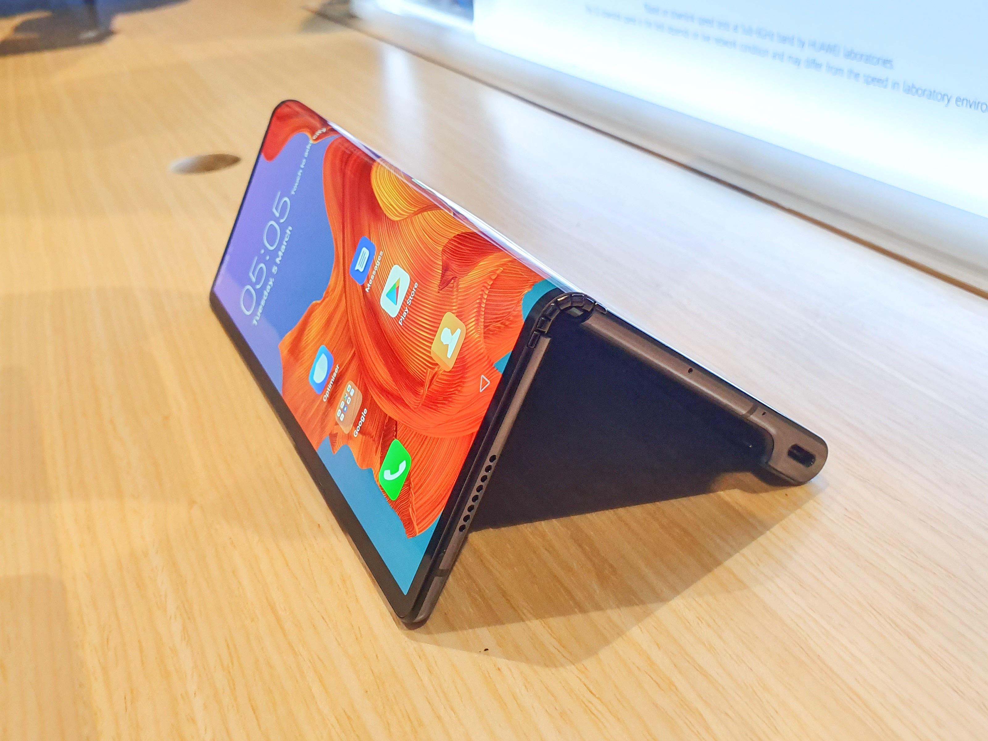 Cận cảnh Huawei Mate X màn hình gập giá trên 60 triệu đồng tại Việt Nam