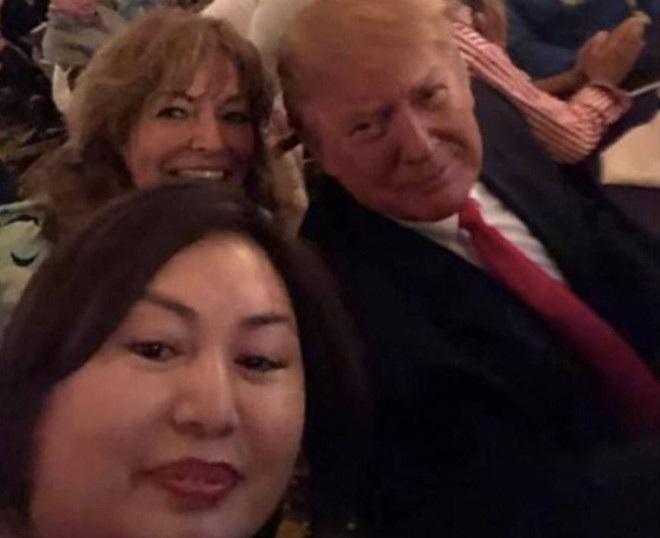 Bà chủ chuỗi spa khiêu dâm chụp ảnh với Tổng thống Trump