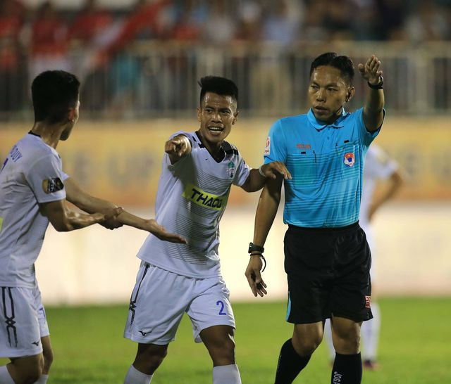 Hàng loạt trọng tài mắc sai sót, bị treo còi ở V-League