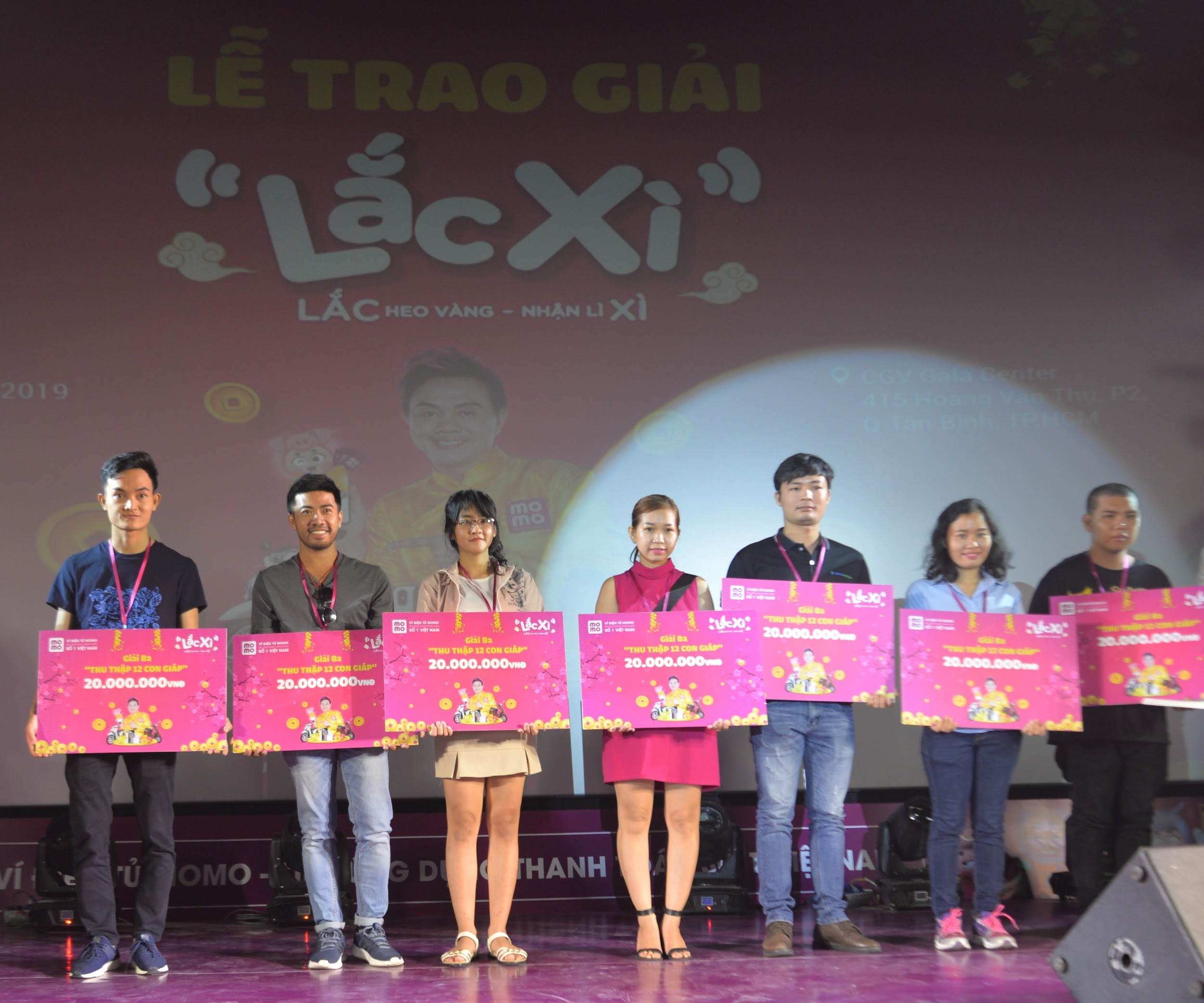 Người dùng Ví MoMo vượt nghìn cây số đến nhận thưởng Lắc Xì