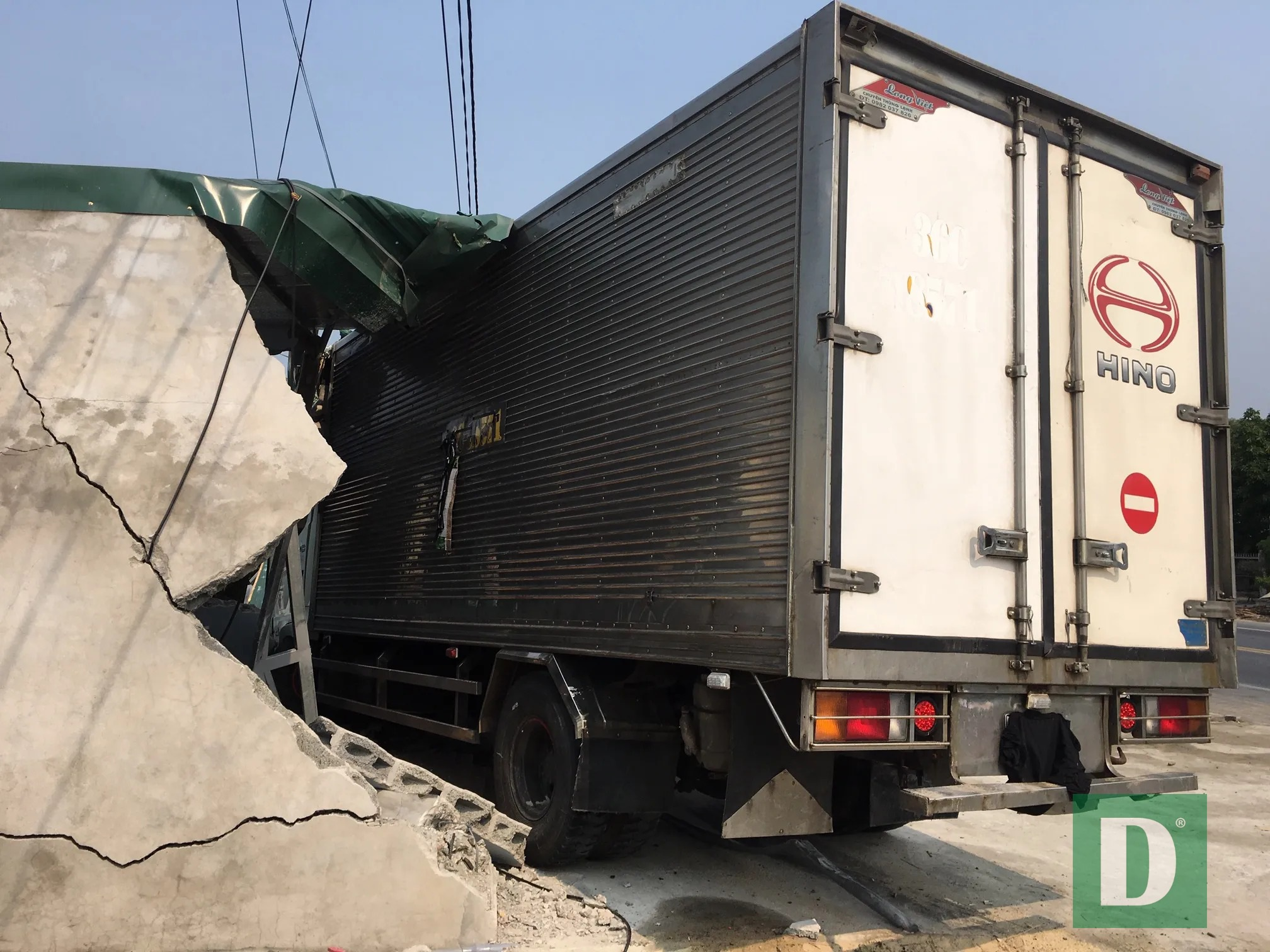 Xe tải tông sập tiệm cắt tóc, tài xế bị bắt đền 250 triệu đồng