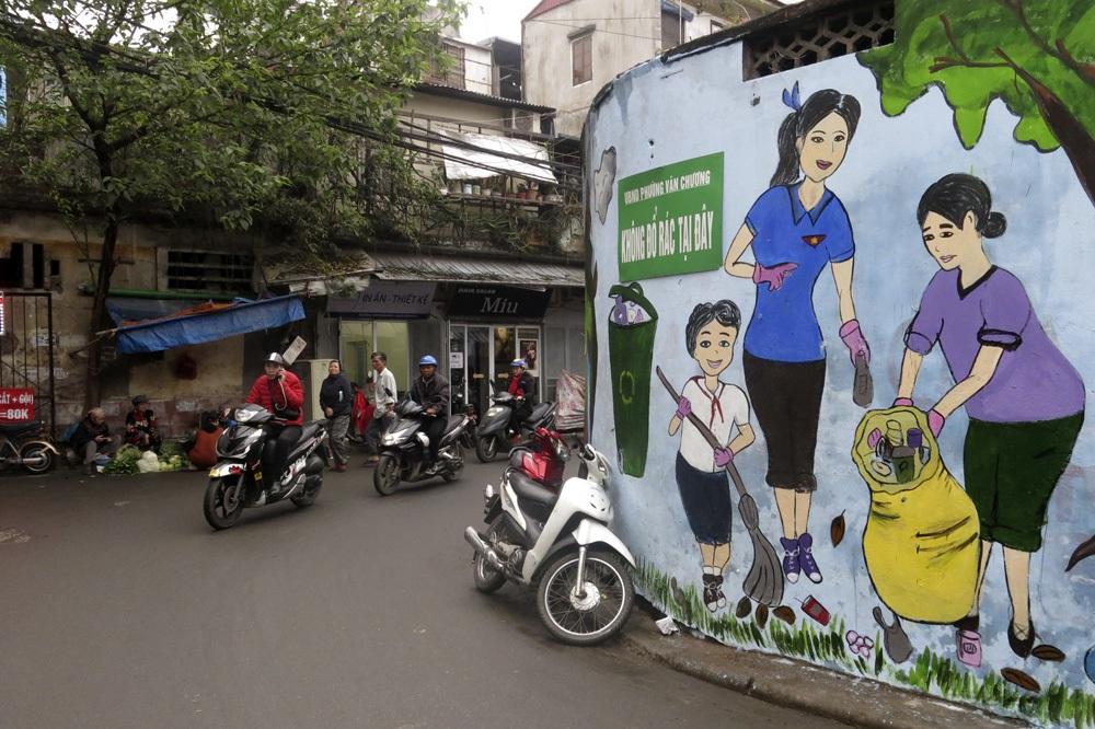 Hàng loạt tranh tường chống bãi rác tự phát bừa bãi ở Hà Nội