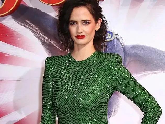 Cựu bond girl đẹp quyến rũ với váy xanh, môi đỏ