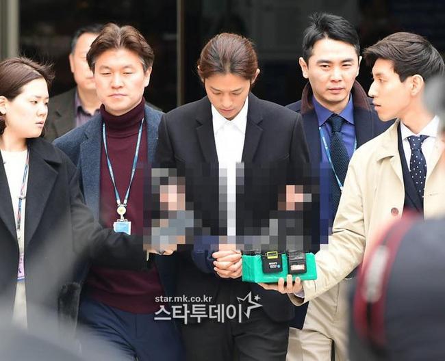 Jung Joon Young bị còng tay và áp giải đến đồn cảnh sát