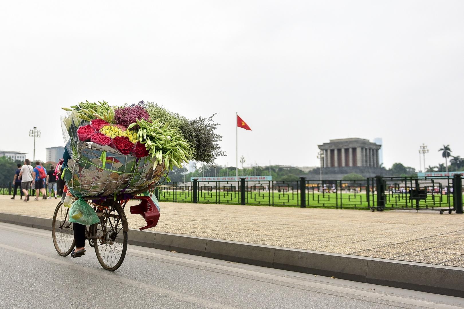 Tháng tư về, hoa loa kèn tinh khôi xuống phố Hà Nội - 20