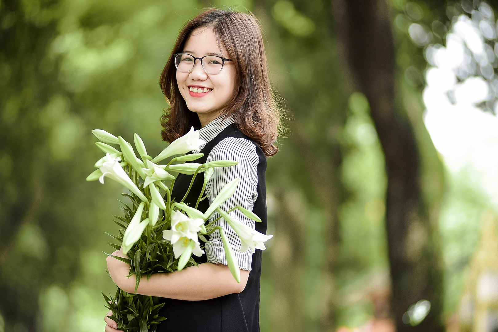 Tháng tư về, hoa loa kèn tinh khôi xuống phố Hà Nội - 16