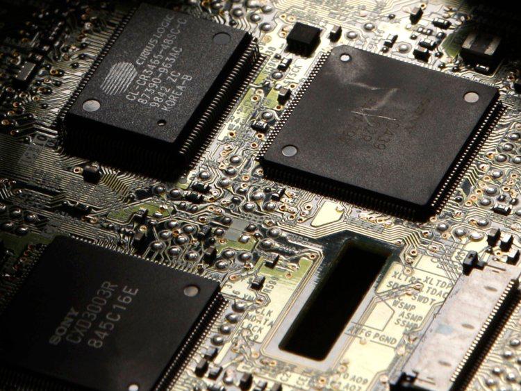 """Cựu sinh viên dùng """"USB sát thủ"""" phá hoại hàng chục máy tính tại trường học - 2"""