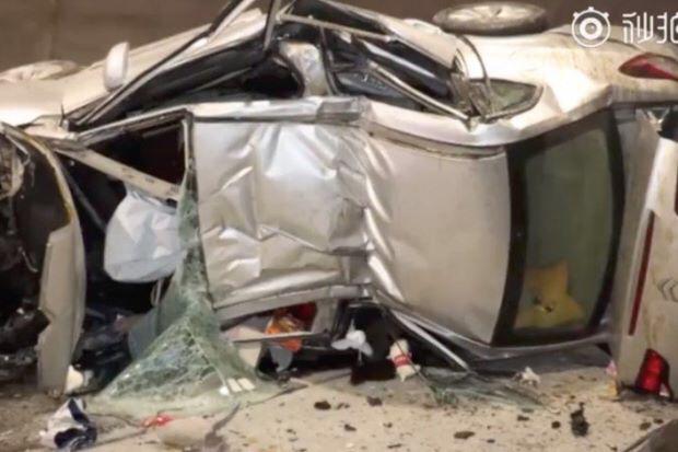 Người phụ nữ gặp tai nạn thảm khốc chỉ vì dùng điện thoại như thế này - 1