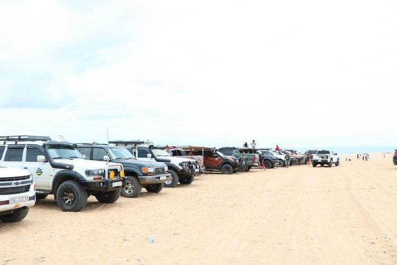 """Dịp lễ, các """"tay chơi"""" đổ xô về Ninh Thuận đua ô tô trên cát - 1"""
