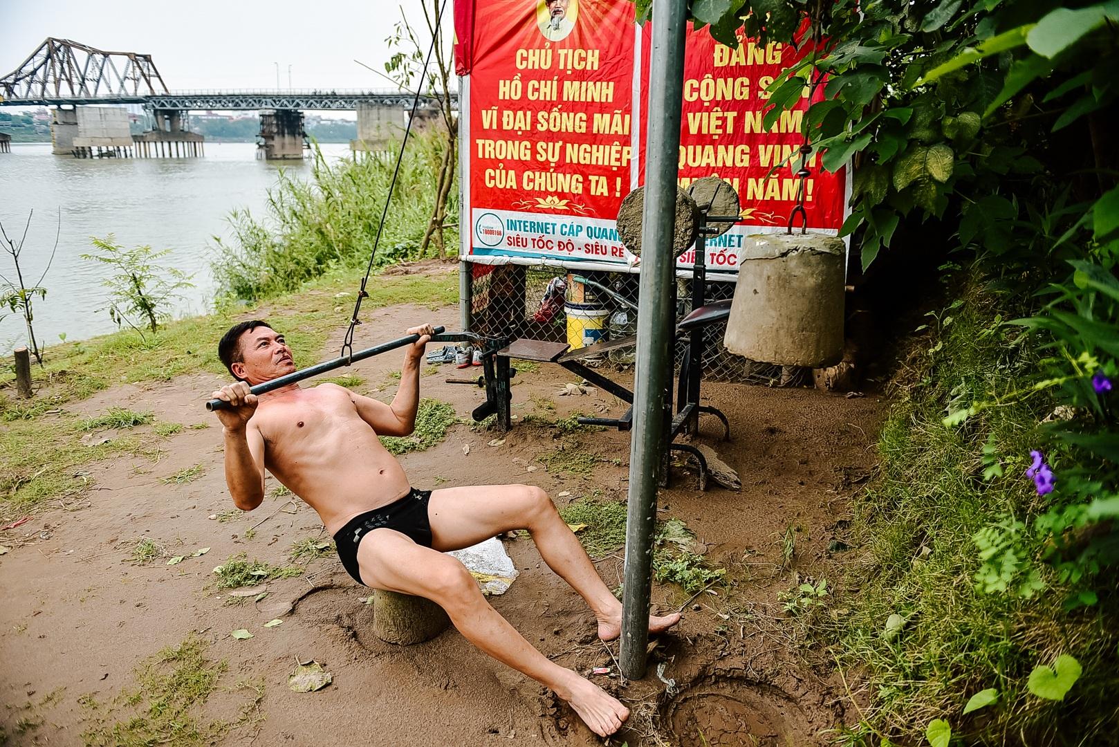 Thú vị sân tập thể hình tự chế miễn phí bên sông Hồng - 3