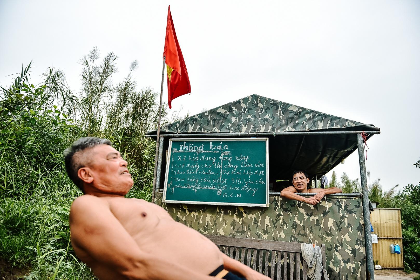 Thú vị sân tập thể hình tự chế miễn phí bên sông Hồng - 14