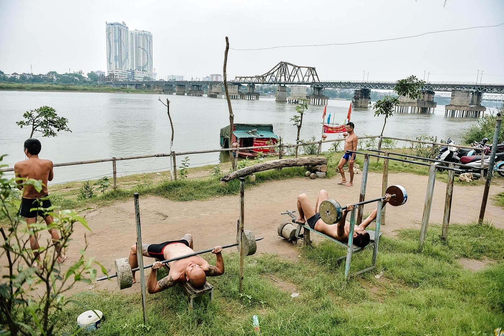 Thú vị sân tập thể hình tự chế miễn phí bên sông Hồng - 1