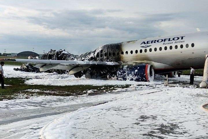Máy bay Nga nằm trơ khung cháy đen tại hiện trường tai nạn - 8