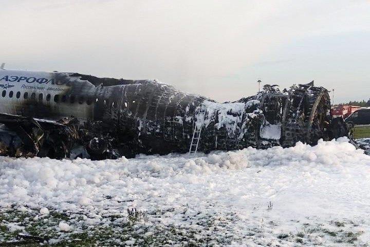 Máy bay Nga nằm trơ khung cháy đen tại hiện trường tai nạn - 3