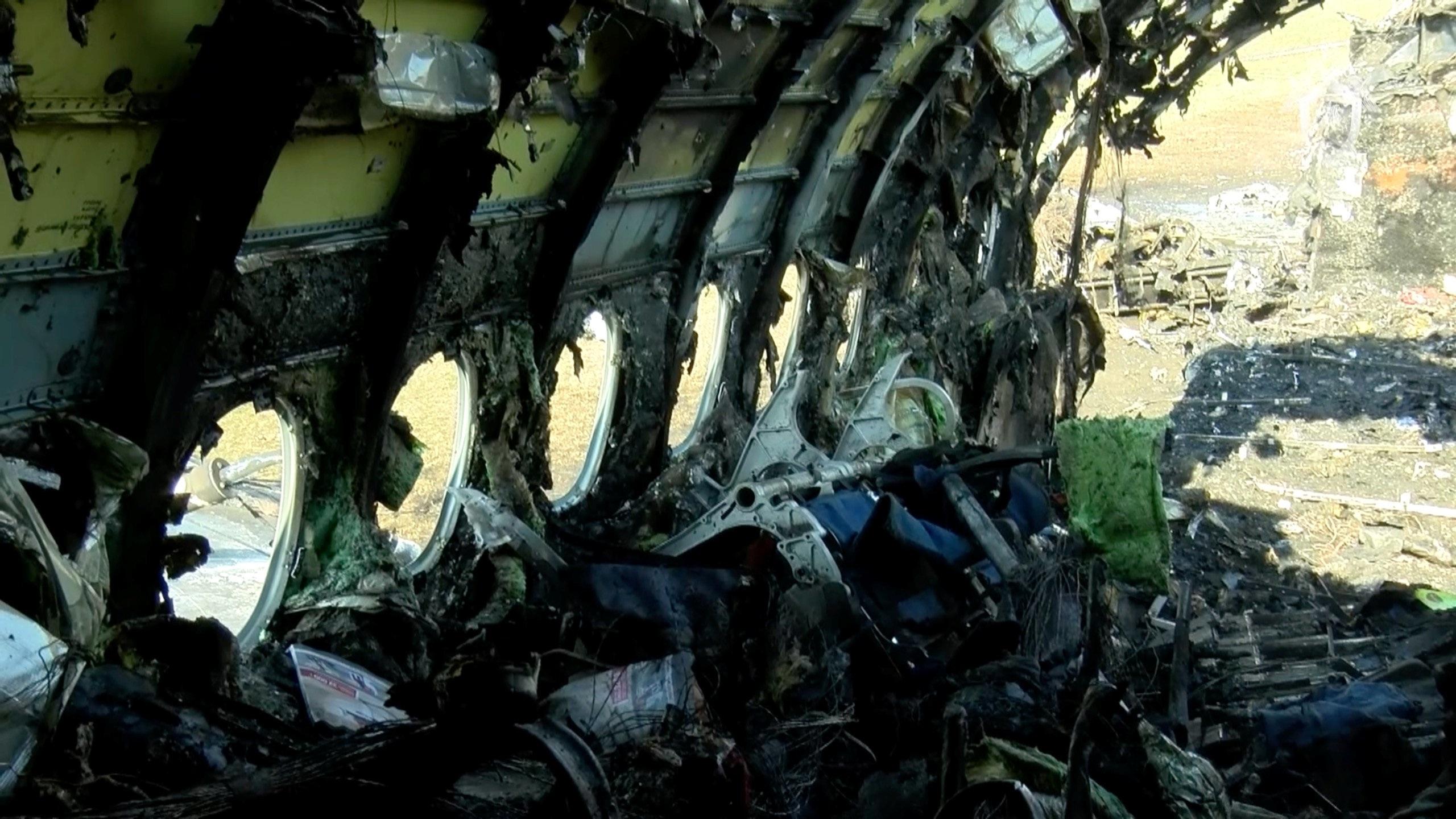 Máy bay Nga nằm trơ khung cháy đen tại hiện trường tai nạn - 4