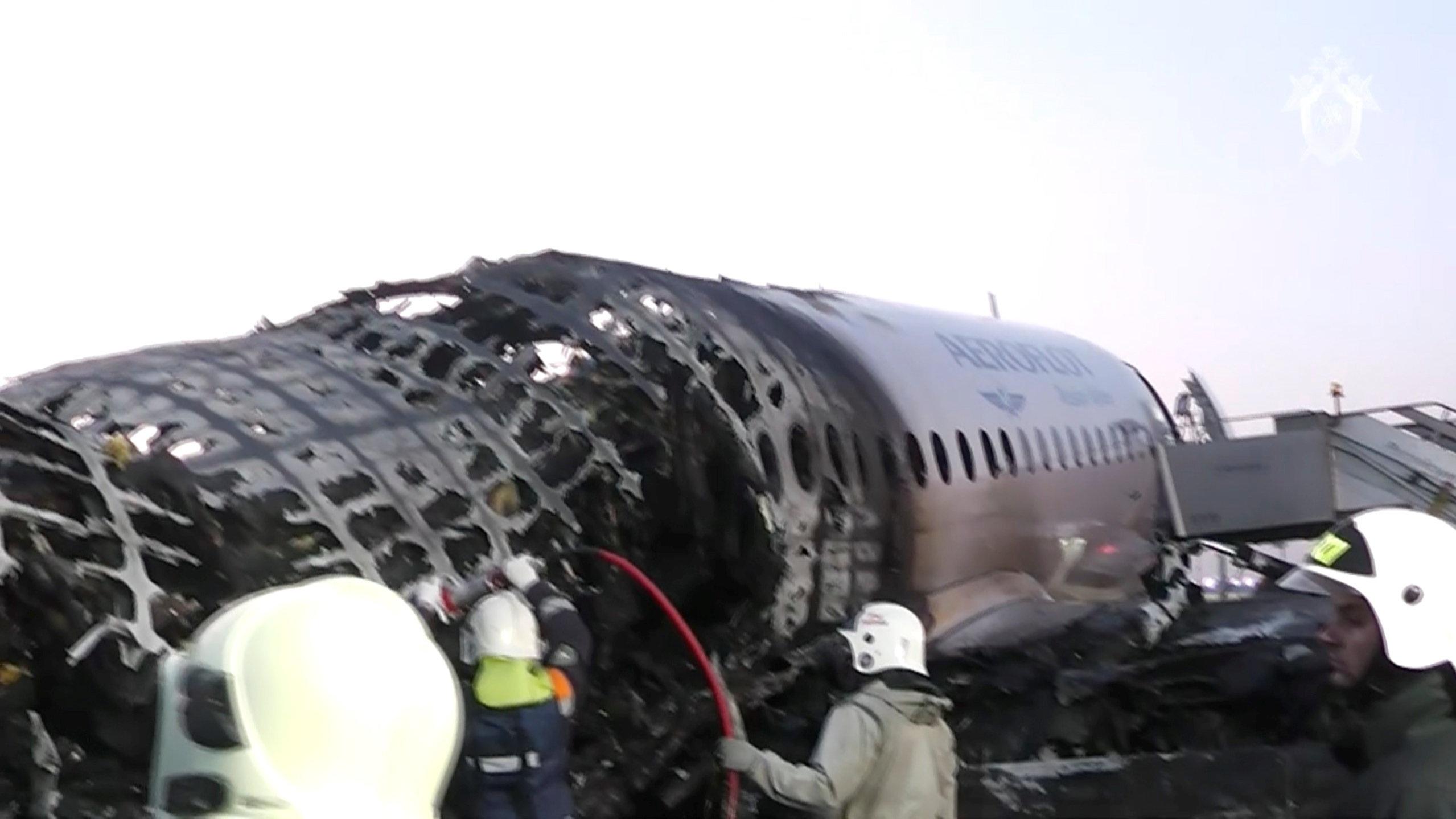 Máy bay Nga nằm trơ khung cháy đen tại hiện trường tai nạn - 9