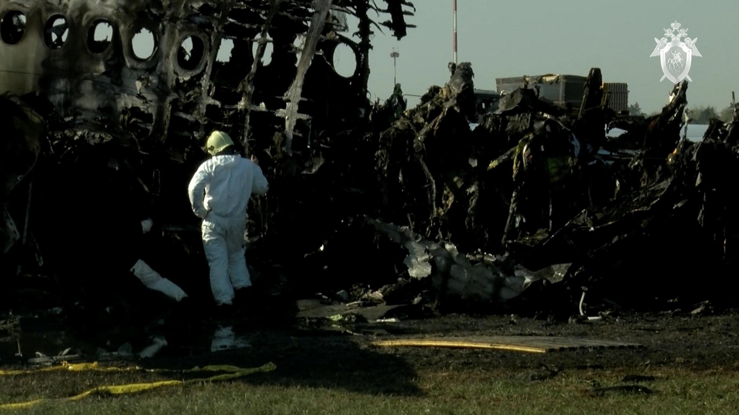 Máy bay Nga nằm trơ khung cháy đen tại hiện trường tai nạn - 10
