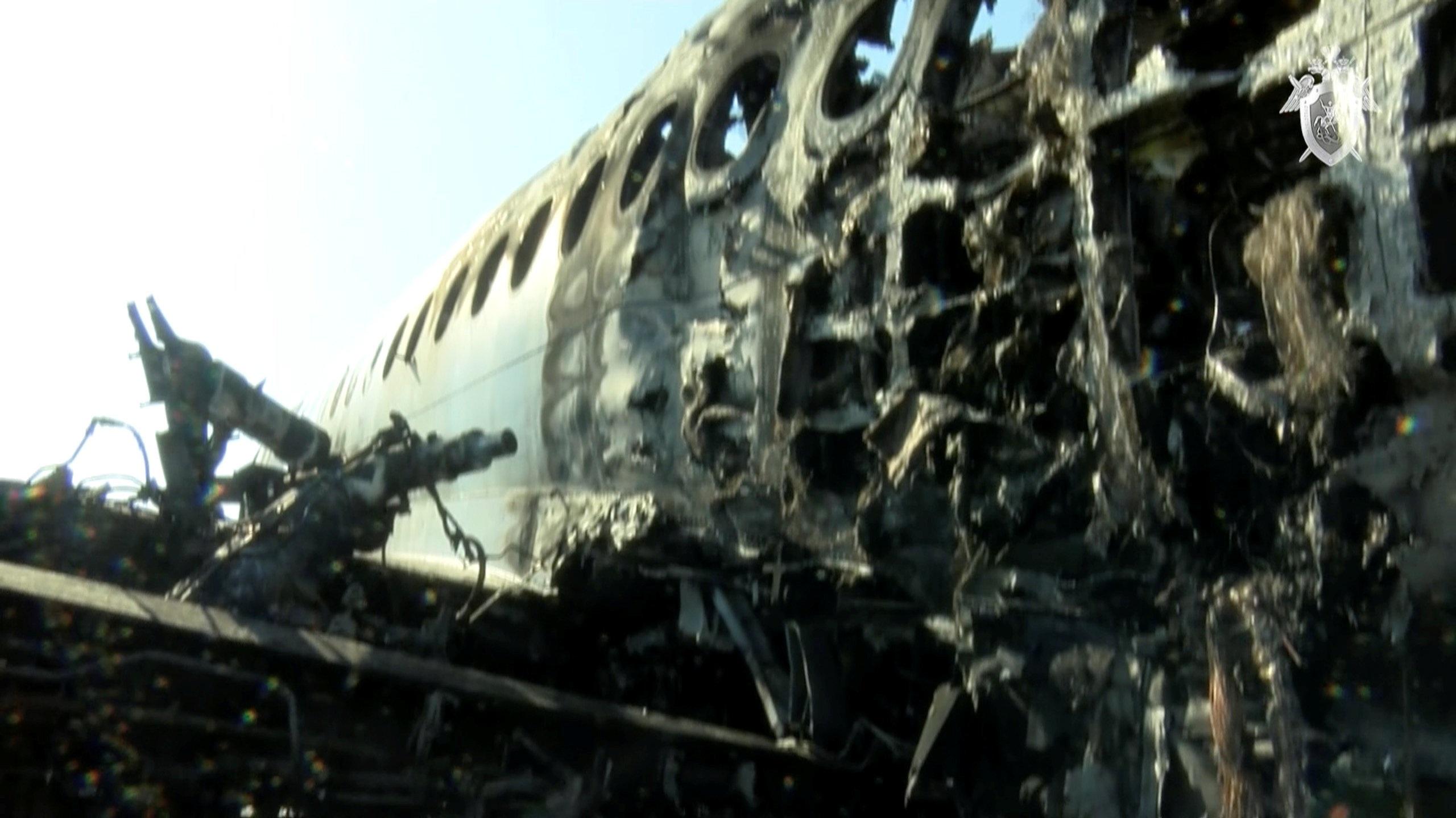 Máy bay Nga nằm trơ khung cháy đen tại hiện trường tai nạn - 5